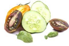 Tranches mûres juteuses découpées en tranches de concombre et de tomate Photos libres de droits