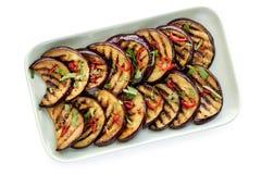 Tranches marinées grillées d'aubergine d'isolement sur le blanc Photo stock