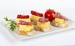 Tranches minces d'omelette ibérienne de saucisse avec du pain Image stock
