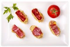 Tranches minces d'omelette ibérienne de saucisse avec du pain Image libre de droits
