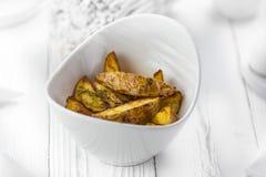 Tranches minces de pomme de terre frite épicée dans une cuvette photo libre de droits