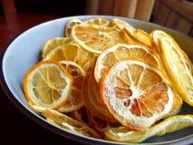Tranches oranges déshydratées dans la cuvette bleue Photos libres de droits