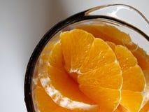 Tranches oranges dans un mélangeur photographie stock libre de droits