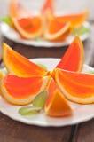 Tranches oranges de gelée d'un plat photographie stock