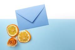 Tranches oranges et enveloppe bleue Configuration plate Vue supérieure Photographie stock libre de droits