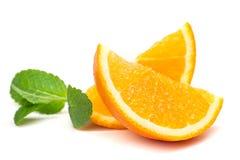 Tranches oranges et oranges et feuilles en bon état Images libres de droits