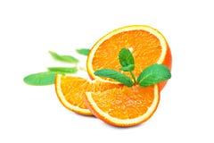Tranches oranges et oranges et feuilles en bon état Photos libres de droits
