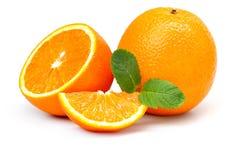 Tranches oranges et oranges et feuilles en bon état Photo libre de droits