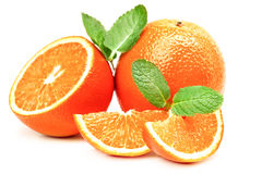 Tranches oranges et oranges et feuilles en bon état Image libre de droits