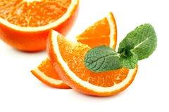 Tranches oranges et oranges et feuilles en bon état Image stock