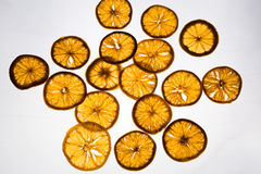 Tranches oranges sèches sur un fond lumineux Photo libre de droits
