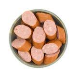 Tranches réduites de saucisse de kielbasa de calorie dans une cuvette Photo stock