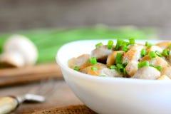 Tranches rôties de champignons avec la crème sure et les oignons verts frais dans une cuvette Repas végétarien sain Champignons s Images stock