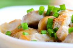 Tranches rôties de champignons avec le sause de crème sure et oignons verts dans une cuvette Recette savoureuse de champignon clo Image stock