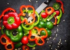 Tranches rouges et vertes de paprikas Photos stock
