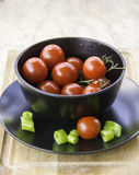 Tranches rouges juteuses fraîches de tomates-cerises de piment vert image stock