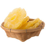 tranches sèches d'ananas dans le panier, isola glacé de tranche d'ananas Photographie stock libre de droits