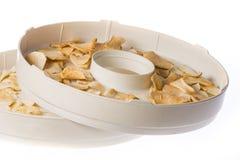 Tranches sèches de pomme dans le dessiccateur photos libres de droits