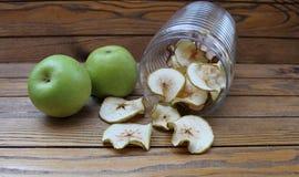 Tranches sèches de pommes et pommes fraîches vertes Images stock