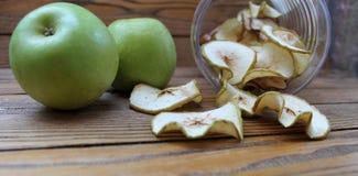 Tranches sèches de pommes et pommes fraîches vertes Photos stock
