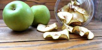 Tranches sèches de pommes sur la table Photos libres de droits