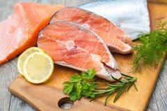 Tranci di pesce di color salmone Fotografia Stock