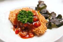Trancio di pesce fritto nel grasso bollente con salsa e le verdure Fotografie Stock Libere da Diritti