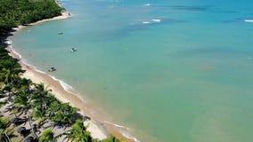 Trancoso, Bahia, Brazilië: Satellietbeeld van een mooi strand met twee kleuren van water stock footage