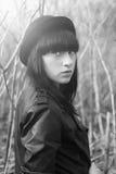 Trandy projektuje portret młoda dziewczyna w modnym kapeluszu i skórzanej kurtce Obrazy Stock
