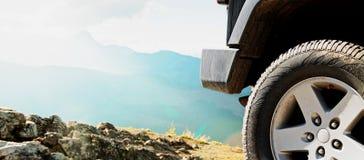 Traînée tous terrains d'aventure de saleté de voiture de jeep Images stock
