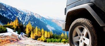 Traînée tous terrains d'aventure de saleté de voiture de jeep Photographie stock libre de droits