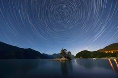 Traînées d'étoile au-dessus de crique velue Photo libre de droits