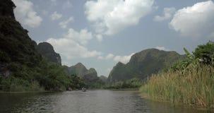 Trang en bai i Hanoi, Vietnam på en scenisk flodsegelbåt med turister arkivfilmer