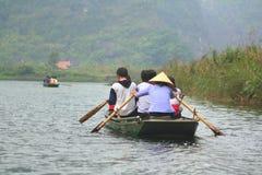 摆渡者采取游人参观Trang生态旅游复合体,复杂秀丽-作为一室外geologi叫的风景 免版税库存照片