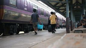 Trang, Tailandia 21 de mayo de 2017: aparcamiento del tren en la estación y para los pasajeros que esperan a ir al destino de Ban almacen de metraje de vídeo