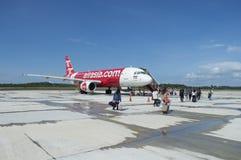 TRANG TAJLANDIA, Czerwiec, - 02, 2016: ludzie wsiada Thai AirAsia Zdjęcia Stock