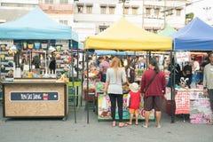 Trang Tajlandia, Maj, - 20, 2017: Niezidentyfikowani ludzie kupują jedzenie wpólnie przy chodzić ulicznego rynku thanon khon dern Zdjęcia Royalty Free