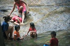 Trang Thailand - April 16, 2016: Fritidbarn med föräldern tycker om att spela vatten tillsammans på sommarsemester på den Ton Tae Royaltyfri Fotografi