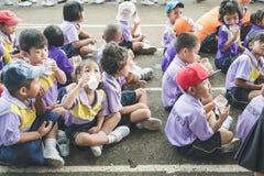 Trang, Thailand - Juni 23, 2017: De kleuterschoolkinderen ontspannen voor genieten van activiteit op sportendag bij openbare gron stock afbeelding
