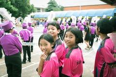 Trang, Thailand - Juni 23.2017: Het de studentenmeisjes en orkest genieten van activiteit op sportendag bij openbare grond in Tra royalty-vrije stock foto