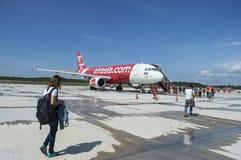 TRANG, THAILAND - 2. Juni 2016: Leute, die Thai AirAsia verschalen stockbild