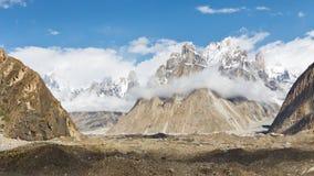 Trango torn och Baltoro glaciär royaltyfri foto