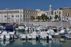 Trani, Apulia, Италия Взгляд прогулки взморья и старого порта Стоковое Фото