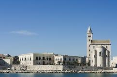 Trani domkyrka och hans gamla stad - Apulia Arkivfoton