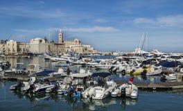 Trani hamn med domkyrkan på bakgrund Arkivfoton