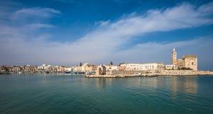 Trani scenisk stad på Adriatiskt havet, Puglia, Italien arkivbild