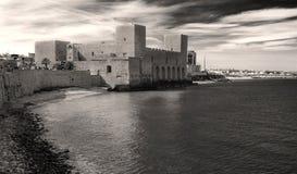 Trani slott på havet Arkivbild