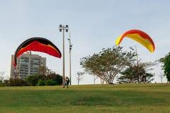 traning和测试降伞的两个跳伞运动员在公园在观看附近称Nations有人的土产公园 图库摄影