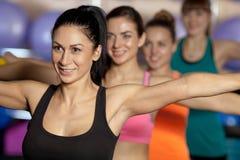 traning在健身房的小组四名妇女 库存图片