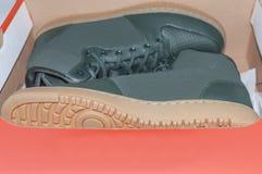 traning在红色箱子时尚体育的两双运动鞋运动鞋 免版税库存照片